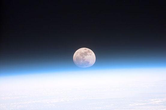 Mond und Erde von einem Space Shuttle aus gesehen