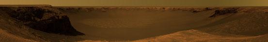 Das Panoramabild, von dem hier nur ein Ausschnitt zu sehen ist, wurde aus hunderten Einzelbildern montiert, die Opportunity vom 6. Oktober bis 6. November 2006 aufgenommen hat. Es zeigt annähernd in Echtfarben den Victoria-Krater vom Cap Verde