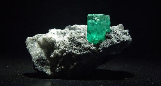 Alle Smaragde sind grün. - und bis auf die Philosophen bezweifelt das auch keiner.