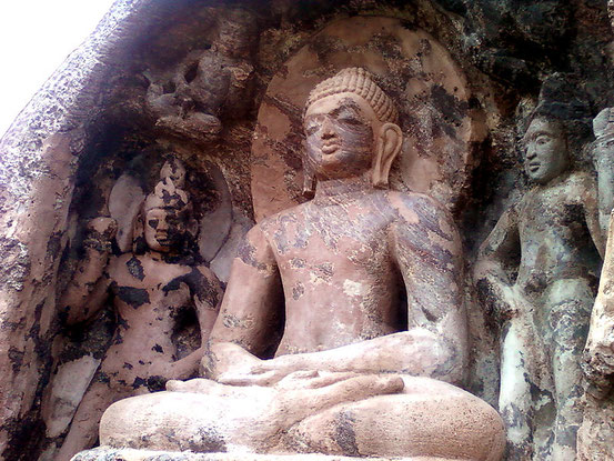 Bildquelle: https://commons.wikimedia.org/wiki/File:Rock_cut_seated_Buddha_statue_at_Bojjannakonda,_Sankaram,_Andhra_Pradesh.jpg