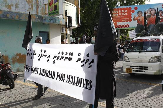 Maledivische Bürger fordern die Einführung der Scharia.