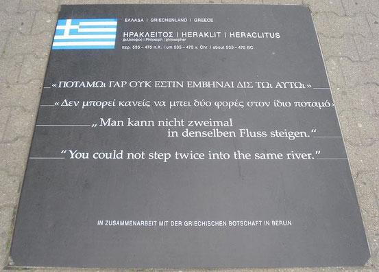 Heraklit-Zitat auf dem Pfad der Visionäre in Berlin
