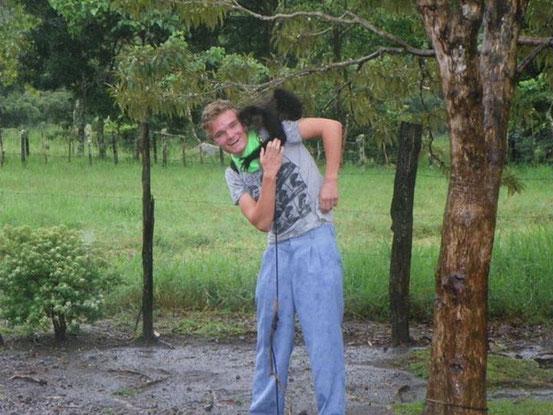 - Der Affe auf dem Bild ist eine Art Haustier von Bekannten, die irgendwo zwischen unserem Haupt-und Zweitwohnsitz wohnen. Leider ist er den ganzen Tag lang an dem Baum rechts angekettet. -