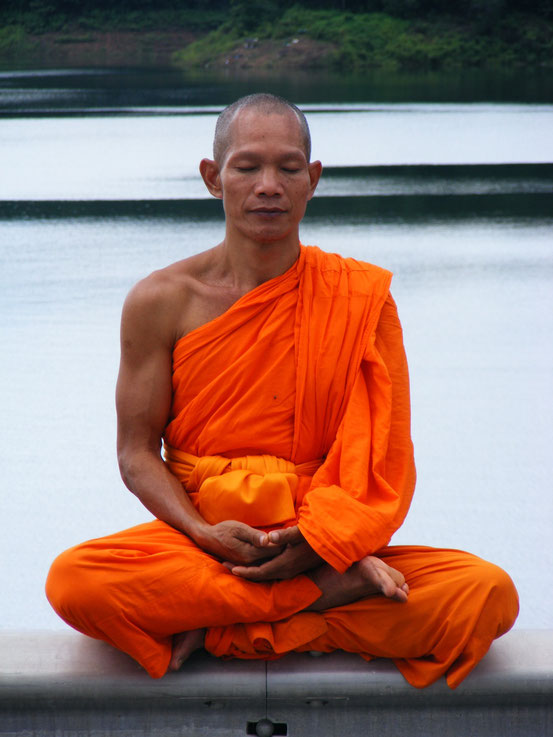 Buddhistischer Mönch beim Meditieren, Bildquelle: https://upload.wikimedia.org/wikipedia/commons/9/9a/Phra_Ajan_Jerapunyo-Abbot_of_Watkungtaphao.jpg