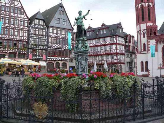 """Der Gerechtigkeitsbrunnen in Frankfurt/Main. Die Darstellung der """"Gerechtigkeit"""" im westlichen Kulturkreis ist die urteilende Justitia, mit Waage (abwägend), Schwert (strafend) und einer Binde vor den Augen (ohne Ansehen der Person)."""