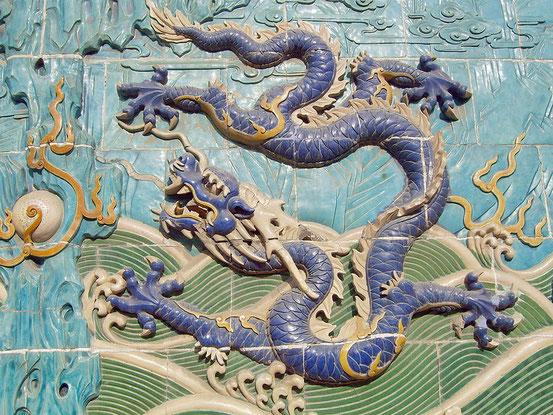 Quelle: http://commons.wikimedia.org/wiki/File:Nine-Dragon_Screen-1.JPG