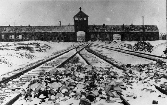 Blick von der Zugrampe innen auf die Haupteinfahrt des KZ Auschwitz-Birkenau, 27. Januar 1945.