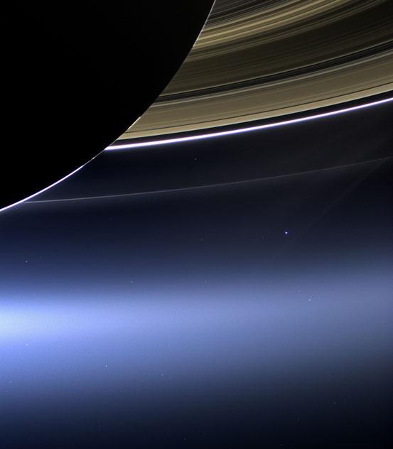Aufnahme der Saturnringe durch die Raumsonde Cassini im Juli 2013. Im Hintergrund ist rechts unter den Ringen die Erde als leuchtender Punkt zu erkennen.