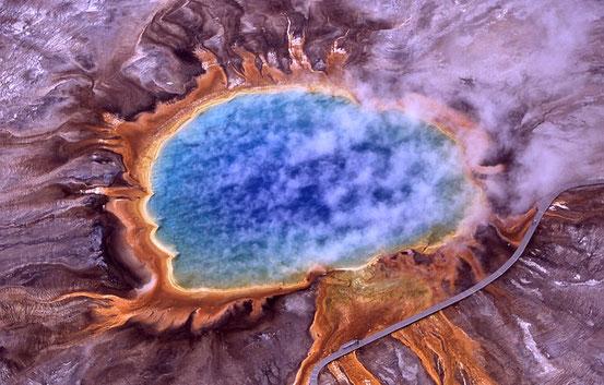 Thermophile, die zur Kategorie der Extremophilen gehören, erzeugen einen Teil der hellen Farben des Grand Prismatic Spring, Yellowstone National Park.