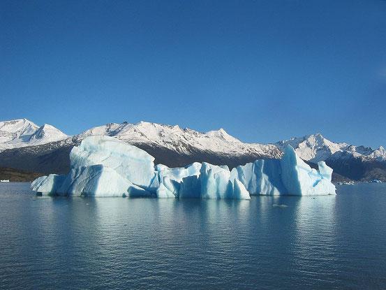 H2O ist eine chemische Verbindung, die auf der Erde unter natürlichen Bedingungen in allen drei Aggregatzuständen vorkommt.