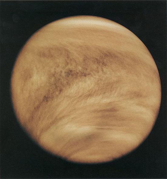 Eine Aufnahme der Venus des Orbiters Pioneer-Venus 1 im ultravioletten Licht (Falschfarben) zeigt deutliche Y-förmige Wolkenstrukturen.