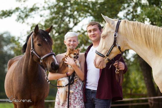 Familienfoto mit Pferd und Hund