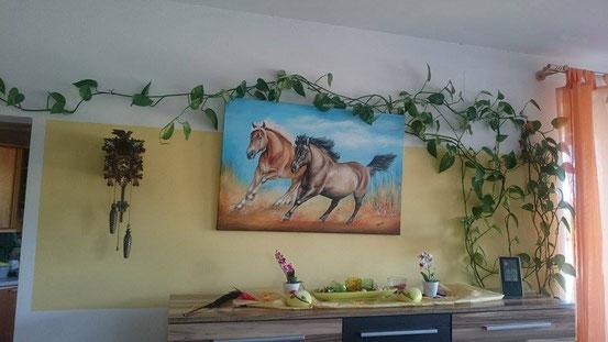 """Das Pferdegemälde """"Anni und Nuri"""" ist der Hingucker im Wohnzimmer"""