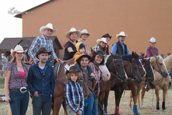 Beate und Manfred Koppensteiner mit der ganzen Reitergruppe (1.Cowgril links und 1.Cowboy links)