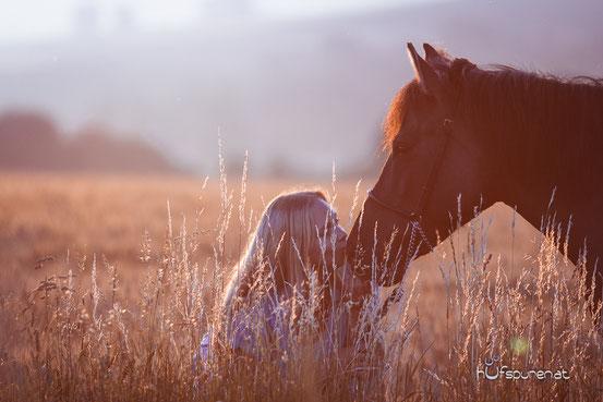 Pferdefotoshooting bei Sonnenaufgang: Franzi und ihre Huzulenstute Nuri (Pferdefotografie Hufspuren, Hanna Stemke, www.hufspuren.com)