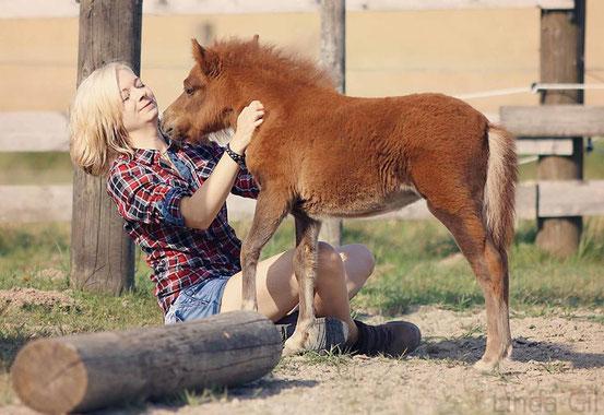 Ponybesitzerin Kerstin mt ihrem Fohlen Fiby (Foto: Lind Gil)
