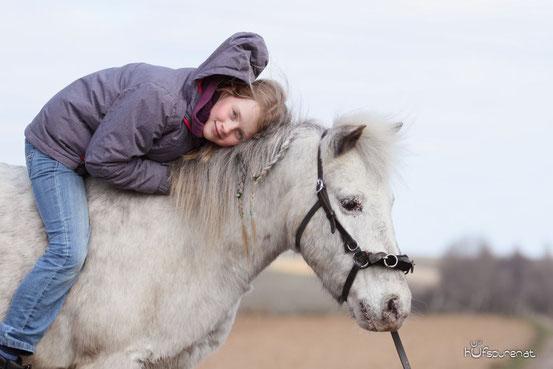 Klara auf ihrem Pony Moritz