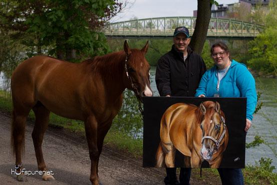 "Der Quarter Horse Hengst ""I am a Ruf Boy"" posiert neben seinem Gemälde"