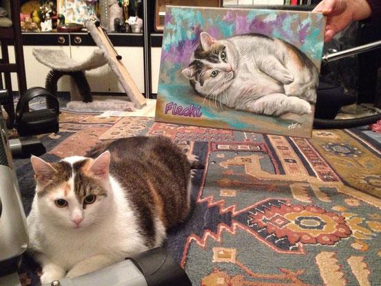 Katze Flecki posiert neben dem Katzengemälde
