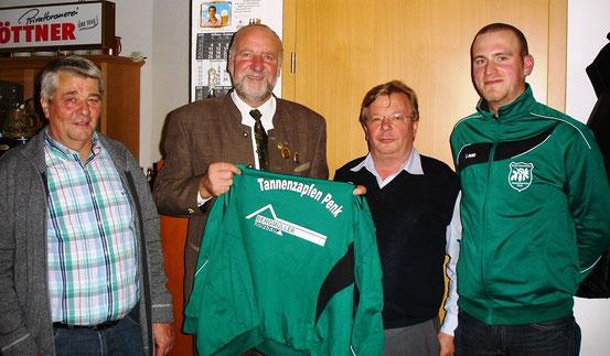 v.l.: Otto Bergmüller, Schützenmeister Reinhold Buczek, Robert Bergmüller sen. und 2. Schützenmeister Michael Hopfensperger
