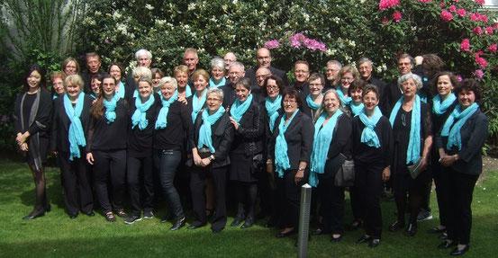 Die Sängerinnen und Sänger mit der Solistin GiJin Nam (1.v.l), der Chorleiterin Sigrid Hartmann (3.v.l.) und dem Kirchenmuisiker Thomas Hessel (4. v.r.)
