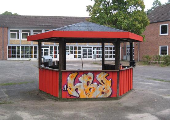 Der Pavillon ist mit drei HBS-Schriftzügen bemalt.