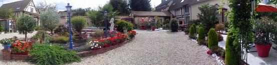 Très beau corps de ferme entierement rénové avec une cour magnifiquement, fleurie, décoré avec beaucoup de goût.  www.osanssouci.com