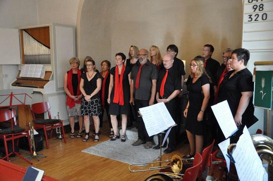 """Die Sängerinnen und Sänger der Gruppe """"Voices"""" aus Salzderhelden in der Kuventhaler Kapelle"""