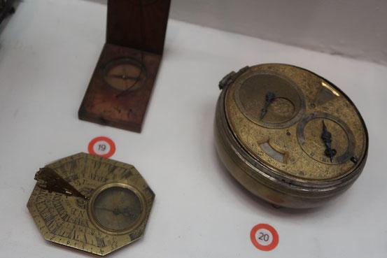 Drei verschiedene Kompasse im Museum für Stadtgeschichte und Seefahrt in Riga