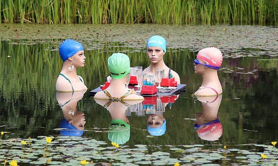Vier Damen im Wasser
