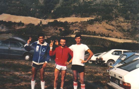 """Pronti per la partenza della mitica """"Campestre della Tomba"""", con Giampaolo Leonardi (futuro sindaco di Mercato Saraceno), a sinistra e Luciano Zauli, a destra."""