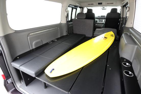 NV350キャラバン用の完全組み立て式の本格ベッドキットで、車中泊やキャンピングを楽しむことができます