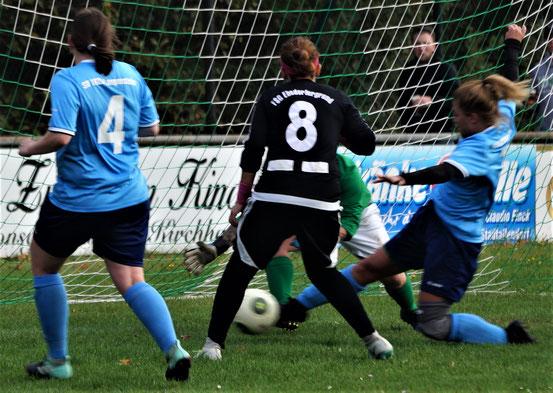 Die Abwehrspielerinnen des SV Langenstein klären vor Ebsdorfergrunds Stürmerin Katica Choukeir (Nr. 8)
