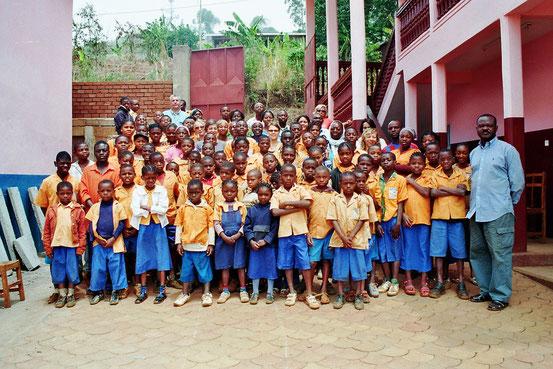 Gruppenbild der Schüler mit Gründer Innocent Djonthe