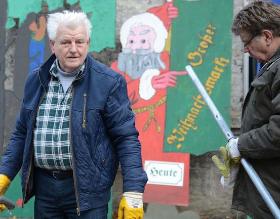 Der Vorstand des Bürgervereins baut das Zelt für den Bützflether Weihnachtsmarkt auf.