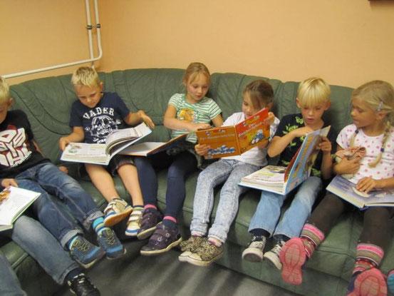 Wegen des Regens fuhren wir wieder in die Schule wurden Leseratten :-)
