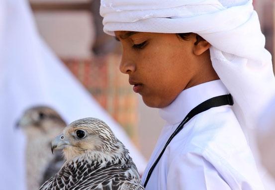 Junger Falkonier am Falken Festival in Al Ain.