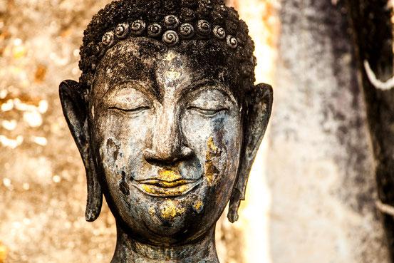 Buddhastatue in der alten Königsstadt Sukhothai.