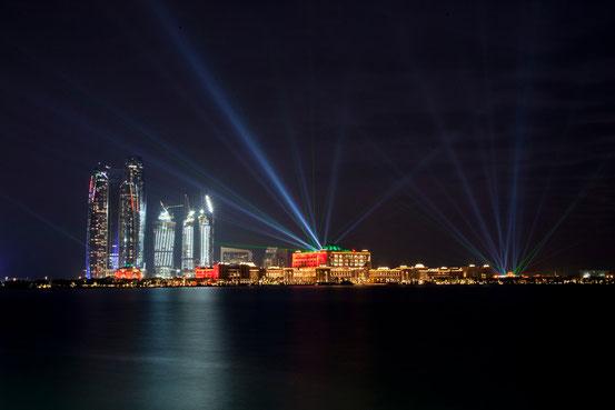 Ausblick von unserem 'Garten': Die Skyline mit dem Palace Hotel in Abu Dhabi.