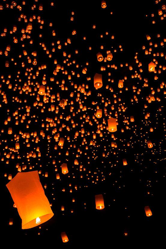 Am Yi Peng Festival in Mae Jo werden tausende Laternen gleichzeitig in den Nachthimmel geschickt.
