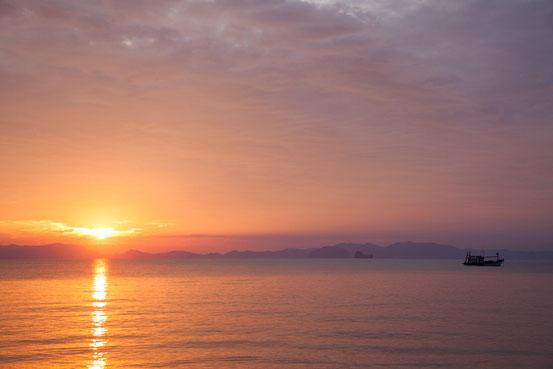 Ein tägliches Spektakel: der Sonnenuntergang an der Andamanenküste.