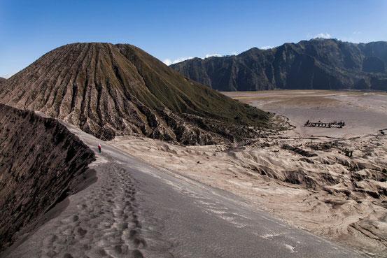 Nina beim Spaziergang auf dem Kraterrand des Gunung Bromo.