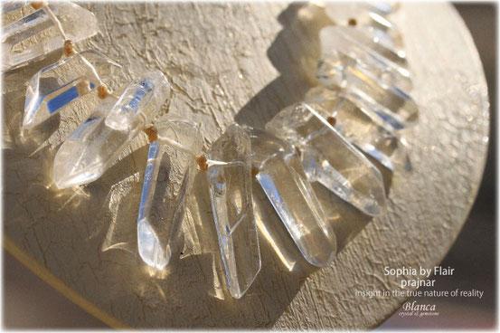 水晶ポイントを紡いだマクラメネックレス