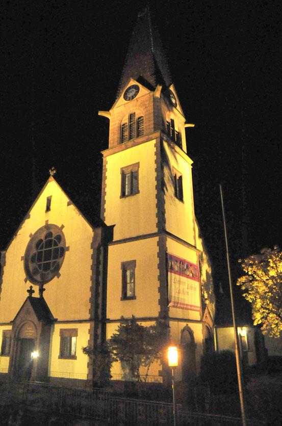 Fünf Jahre dauerte es von der Idee bis zur Umsetzung: Nun wird die Fassade der evangelischen Kirche in den Wintermonaten angestrahlt und zum Blickpunkt in gauangelloch. Foto: Fink