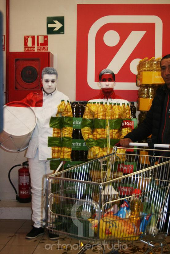 Mimetización músicos delante de pasillo supermercado Día