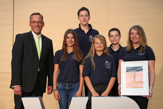 Einige Projektmitglieder bei der Preisübergabe Sterne des Sports mit Volksbank Mittelhessen Vorstand Dr. Peter Hanker