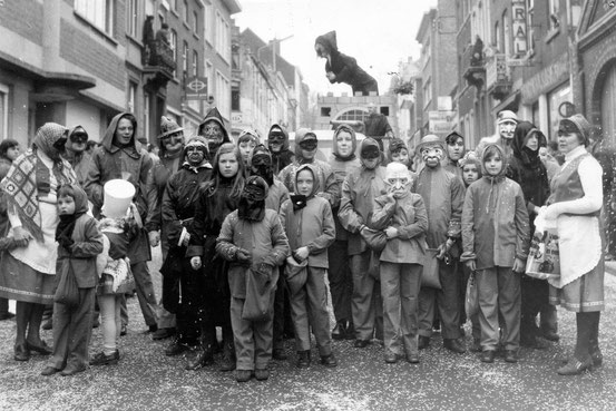Le groupe et le char des Faucons Rouges en 1972