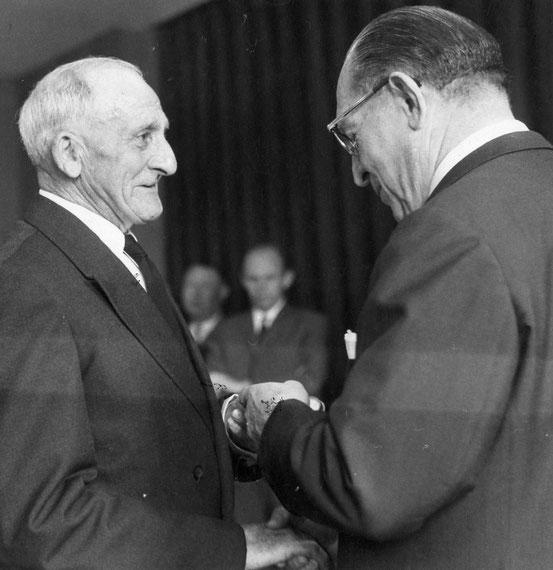 Monsieur Boucquiaux reçoit la médaille décernée à son fils à titre Posthume en 1969