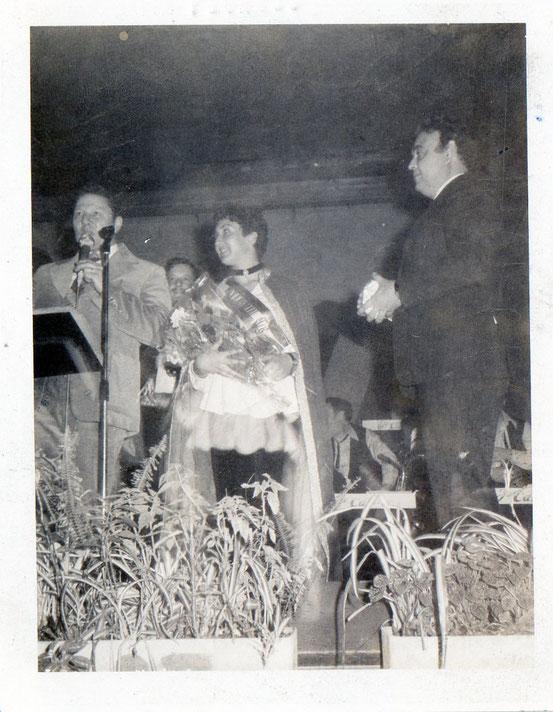 """Cette jeune fille s'appelle Christina et fut Miss en 1978 à côté d'elle l'Echevin Ciselet....Merci à Philippe pour ses infos!!! (photo polaroid ,je ne suis pas certaine qu'elle soit de papa (mais se trouvait dans la """"Boîte aux Souvenirs"""")"""