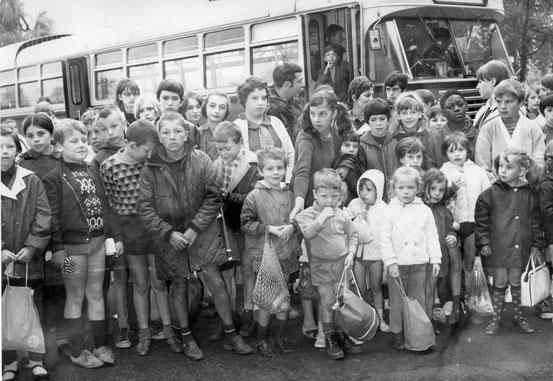 L'arrivée au camp par bus..